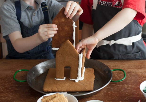 How to make a gingerbread house in  easy steps: Royal Icing and assembly www.simplebites.net