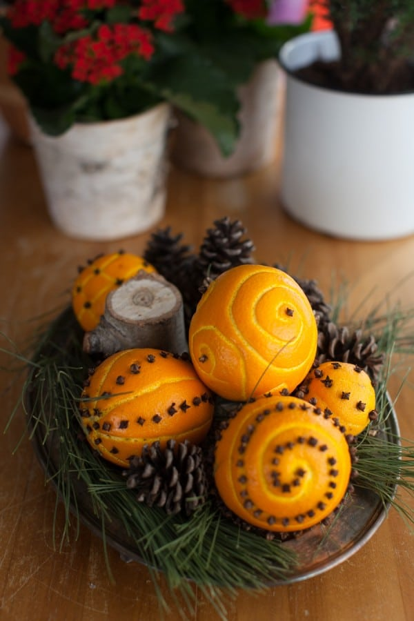 How to make spiced orange pomander balls on www.simplebites.net #craft #tutorial #Christmas #oranges